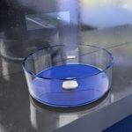 Das aus Murano-Glas gefertigte Aufsatzwaschbecken bringt moderne Kunst direkt in das eigene Badezimmer