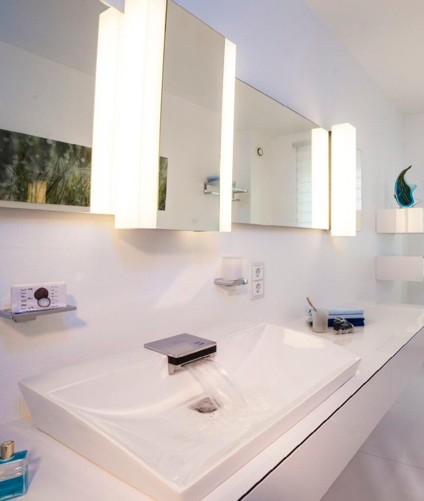 Gäste WC in Weiss: Ein modernes Gästebad mit Toto Neorest AC Dusch-WC