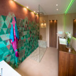 Modernes Baddesign mit Wall and Deco Wet System Tapeten