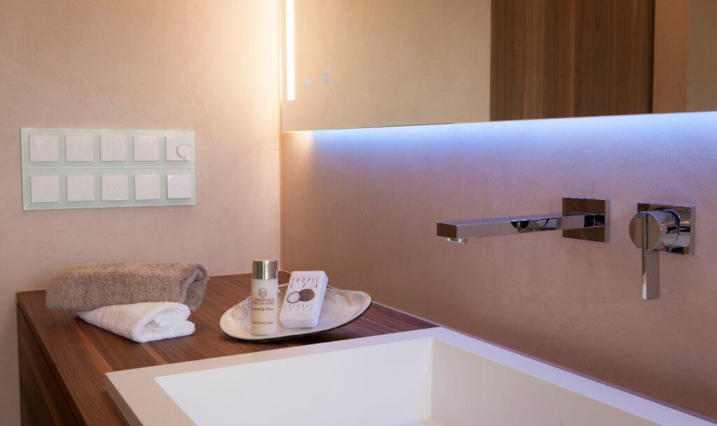 Modernes bad design mit wall and deco wet system tapeten for Badezimmer ideen luxus