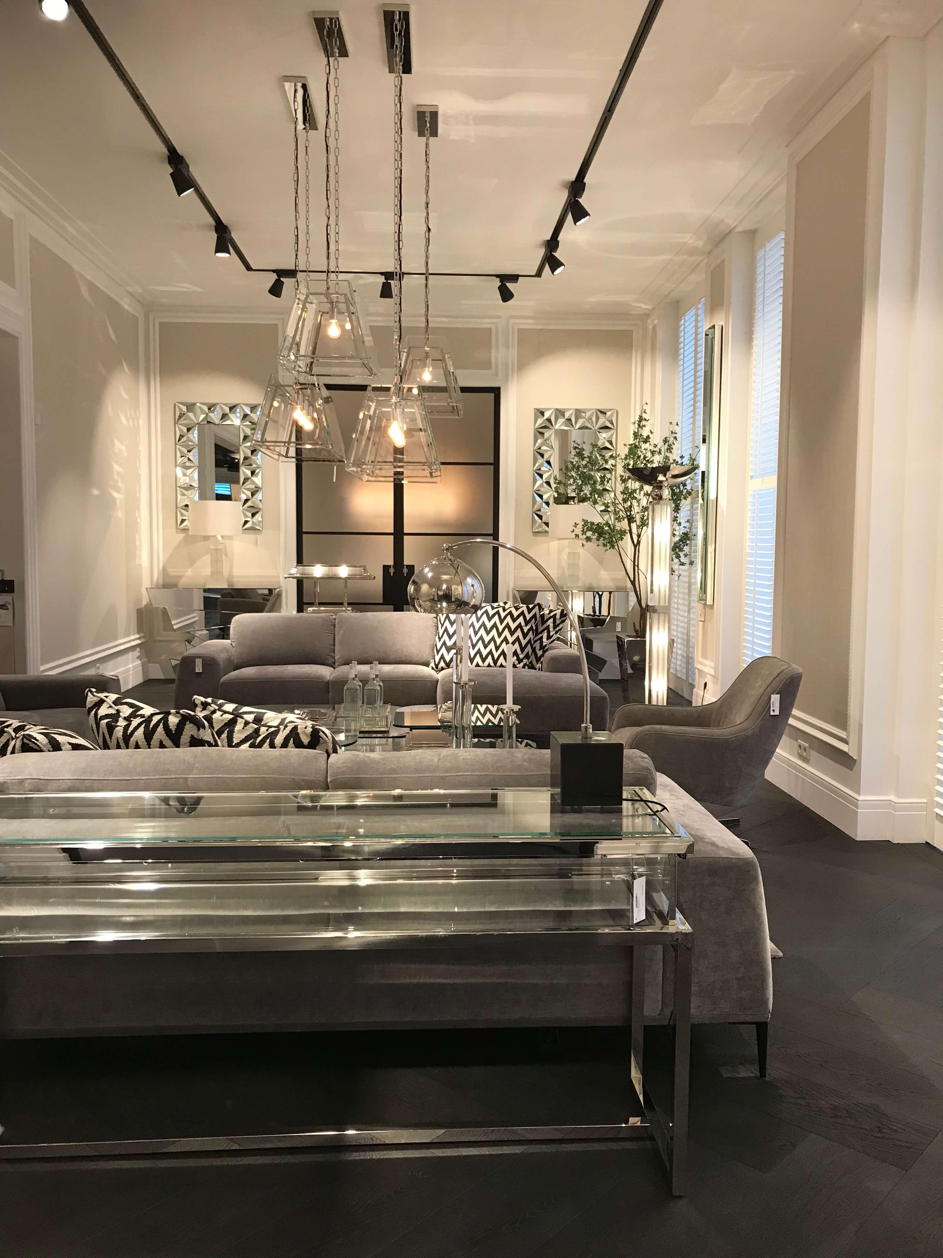Zurückhaltend In Gedeckten Tönen Zeigt Sich Diese Kombination Der Luxus  Möbel In Einem Wohnzimmer
