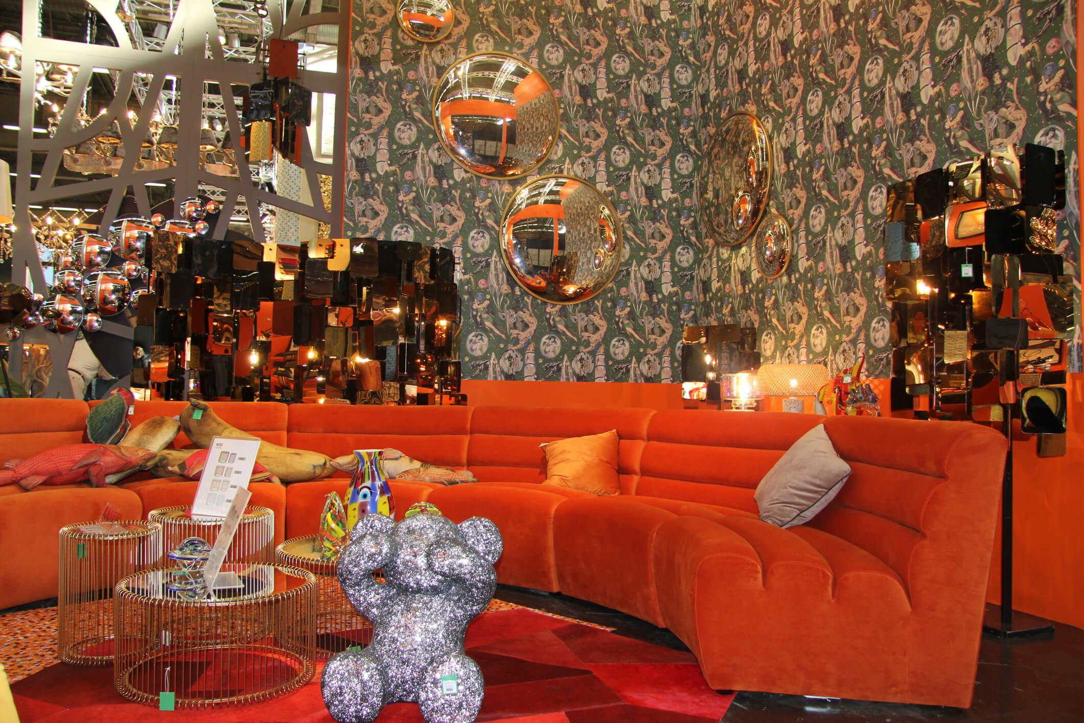 Gelb – Rot – Orange – Braun: Warme Farben geben den Ton an Die herbstlichen Blätter, die bei einem langen Spaziergang im Wald oder im Stadtpark so schön unter den Füßen rascheln, begeistern mit einer vielfältigen Farbpalette. Diese reicht von einem sonnigen Gelb, geht in ein lebendiges Orange, führt durch das leidenschaftliche Bordeaux-Rot und endet schließlich bei einem bodenständigen Braun. Dieses Farbschema zeichnet sich einerseits durch sanfte Farben aus, die sich eher zurückhalten, kann jedoch andererseits recht anspruchsvoll sein.