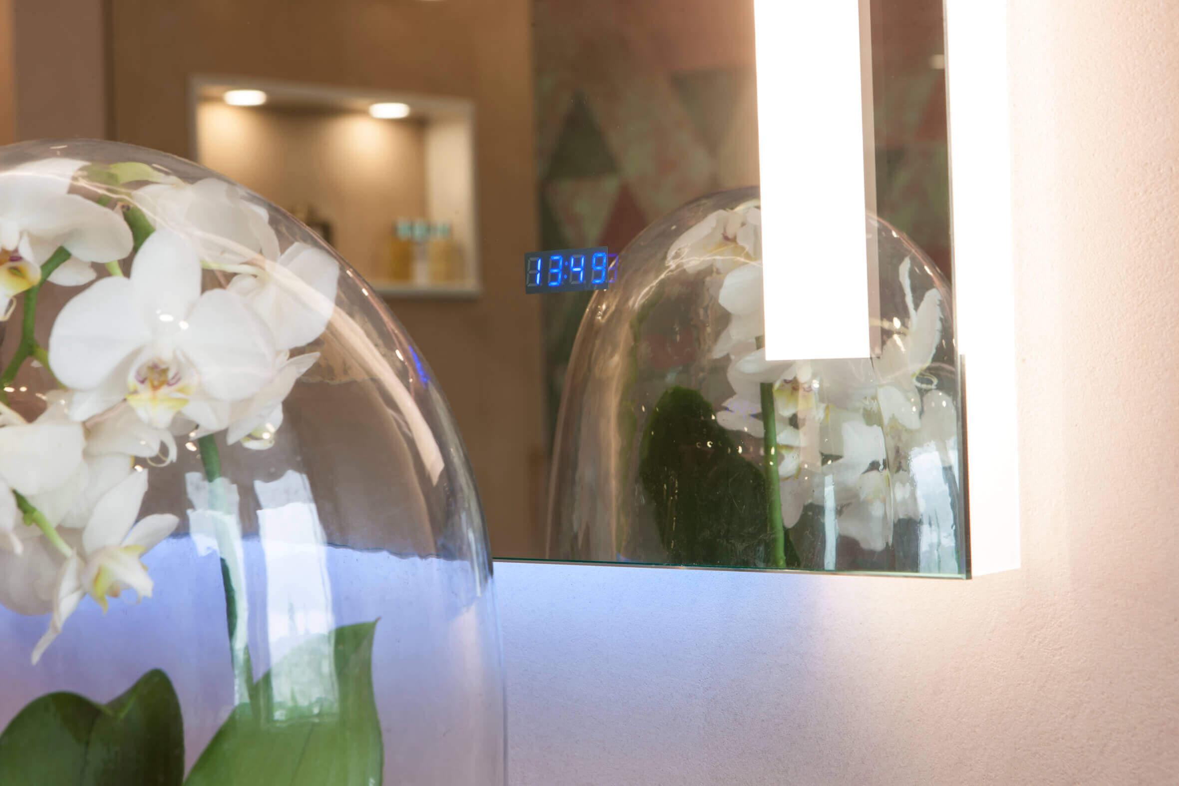 Auf Wunsch werden bereits heute futuristische Spiegel angefertigt, die nicht nur Zeit- und Temperaturanzeigen in die glatte Oberfläche integriert haben, sondern auch einen Touchscreen, mit dem man beispielsweise eine bestimmte Playlist per Handbewegung auswählen kann