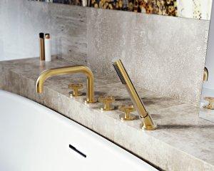 Die Harley Kollektion beinhaltet Ein-, Zwei- und Dreilocharmaturen für Waschbecken, Wanne und Bidet. Auch Standarmaturen sind erhältlich. Die verfügbaren Oberflächen sind Chrom poliert, Nickel poliert, Nickel gebürstet, Messing unbehandelt, Messing unbehandelt und gebürstet, Metall, Onyx, Olive-Bronze, Schwarz, Weiß, Gold und Gold gebürstet. Onyx ähnelt in seiner Farbe schwarzem Onyx-Stein, während die beiden Messing-Varianten ihr Aussehen im Laufe der Zeit verändern und in ihrer Farbgebung schon bald an antikes Messing erinnern. Die Accessoires in Gunmetal wirken in ihrem dunklen, steinähnlichen Grau-Braun besonders natürlich und warm.