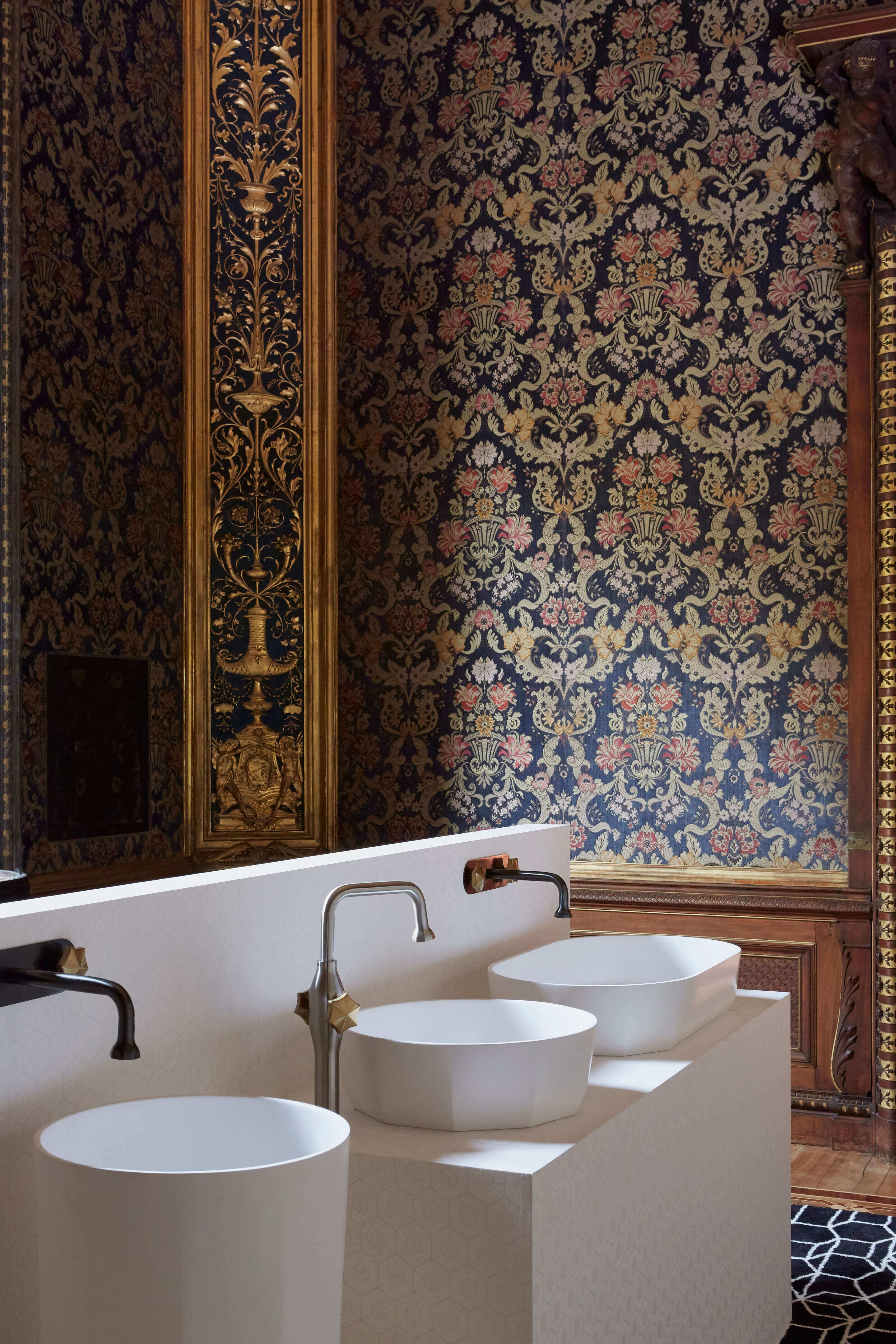 Es ist oftmals der Kontrast, der den unsagbaren Reiz ausmacht.: Lakonische Waschbecken zu opulenten Tapeten gezeigt in Mailand von JEE-O auf der Design Week