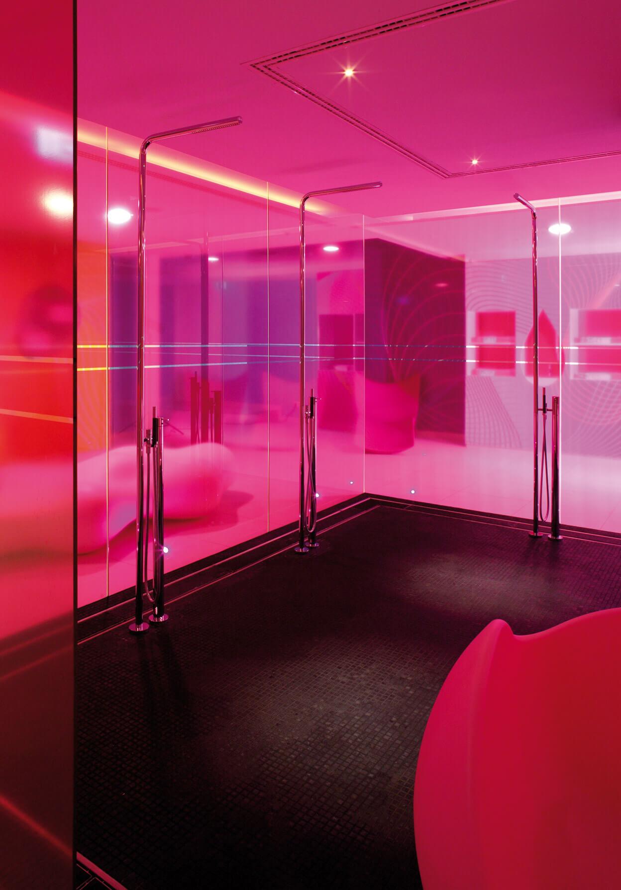 Pantone Trendfarbe 2019 DESIGNER KARIM RASHID mit Vola Standbrause in der Dusche für NHOW HOTEL in BERLIN