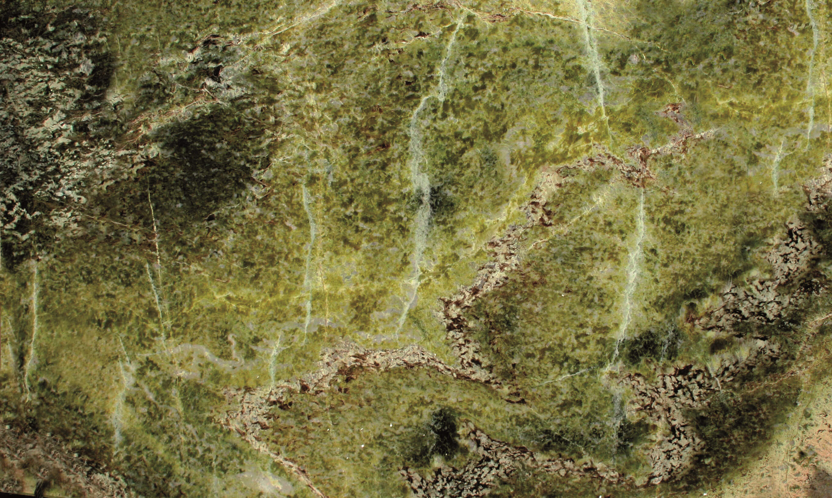Antolini Naturstein Irish Green Irish Green ist ein Marmor, der in Grüntönen glorifiziert und uneinheitliche Farbtöne und Schattierungen aufweist, die von dunkel nach hell übergehen. Es ist Teil des Antolini-Sortiments und weist einige weißliche Adern und andere in einer durchscheinenden Apfelfarbe auf, die ihn zu einem einzigartigen Stein der Welt macht. Dieser geologisch antike Stein wurde von Renaissancearchitekten verwendet, um die Farben der Felder und Wälder zu den prächtigen Palästen zu bringen, die sie mit großartigen Werken schmückten, die noch heute von Touristen aus der ganzen Welt bewundert werden. Dank seiner vielfältigen Äderungen ermöglicht Irish Green die Erstellung ungewöhnlicher Muster und macht jede Arbeit einzigartig und unwiederholbar.