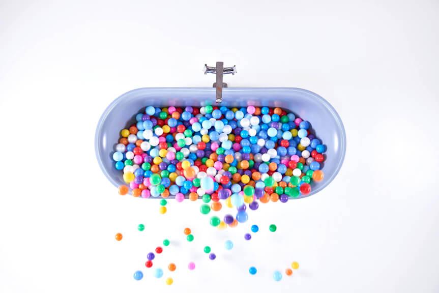 """Das von der Messe Frankfurt und der Vereinigung Deutsche Sanitärwirtschaft (VDS) veranstaltete Trendforum Pop up my Bathroom auf der ISH 2019 zeigt mit der Inszenierung """"Colour Selection"""", welche Möglichkeiten sich mit den aktuellen Farbtrends im Interior Design für den Sanitärbereich eröffnen."""