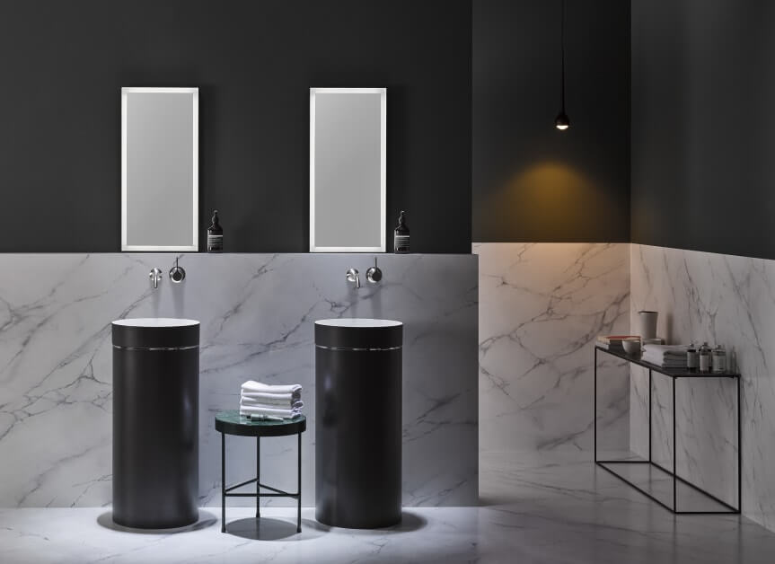 Das ist mal ein Statement: ein schwarzes Badezimmer! Waschtische, Armaturen (Dornbracht) und Accessoires bilden einen interessanten Kontrast zur Wand- und Bodengestaltung aus Marmor. (Foto: Alape)