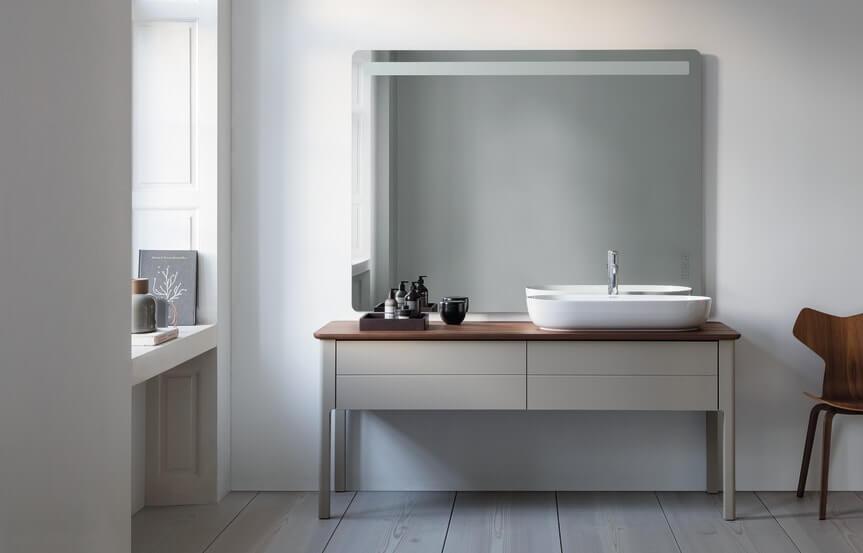 Das neue Weiß im Badezimmer? Grau ist der aktuelle gemeinsame farbliche Nenner im Badezimmer ─ sogar mit Zeitlosigkeitseffekt.