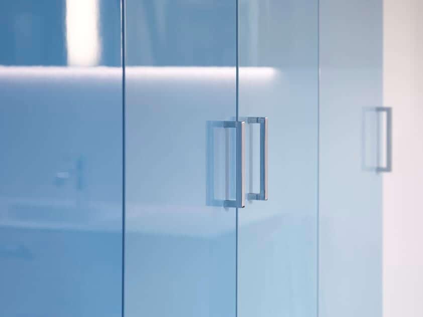 Die Wiederentdeckung des Marmors im Interior Design unterstützt den Einsatz von blauen Sanitärprodukten. In Verbindung mit Sandtönen entwickelt Blau einen Wohnstil, der sich an den angesagten skandinavischen Einrichtungsstil anlehnt. (Foto: burgbad)