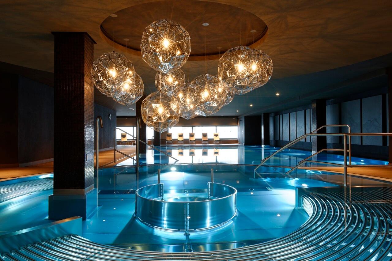 Das gezeigte Bild ist von RE HE Schwimmbadbau und gewann den bsw Award 2014 in Gold in der Kategorie Hotelbad. Hier geht zum es zum damaligen Siegerunternehmen: www.rehe-schwimmbadbau.de