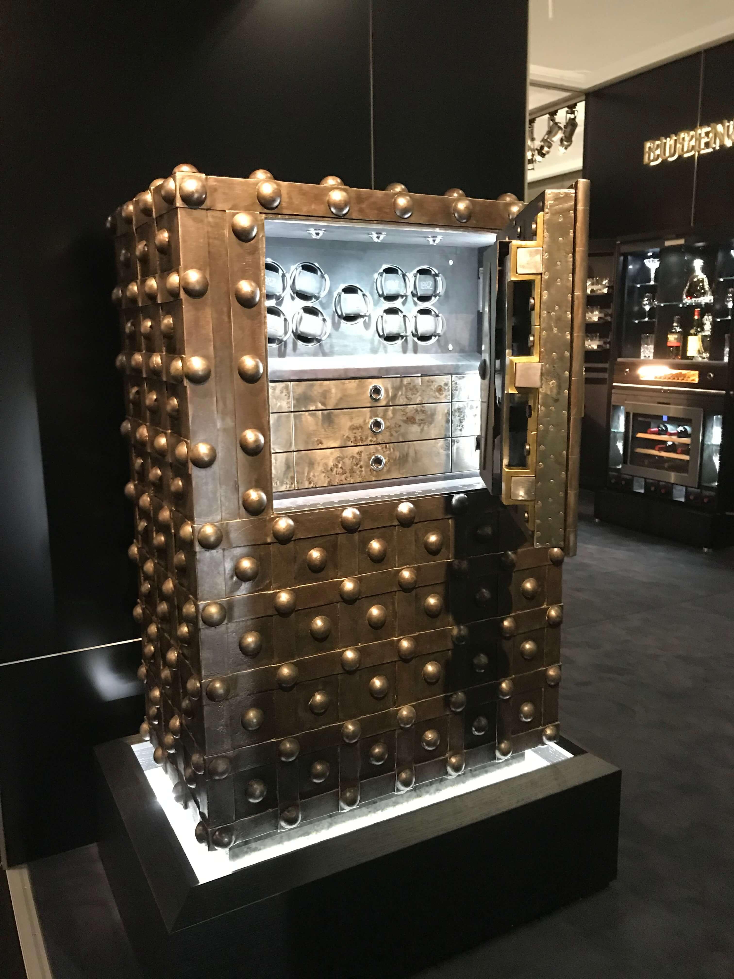 Luxus-Safe für Luxusdinge Buben & Zörweg zeigt seine neue Generation an Luxus-Safes ab 20.000 EUR. Die nach Kundenanforderungen gefertigten Safes bieten neben edlem Design und hochwertigster Verarbeitung, z.B. mit exklusivem Lederbezug, ebenfalls eine nach Wertgegenständen ausgerichtete Funktionalität. Dazu gehören unter anderem ein Uhrenbeweger für Automatikuhren oder Klimazonen für die langfristige Aufbewahrung von erlesenen Zigarren und Weinen.