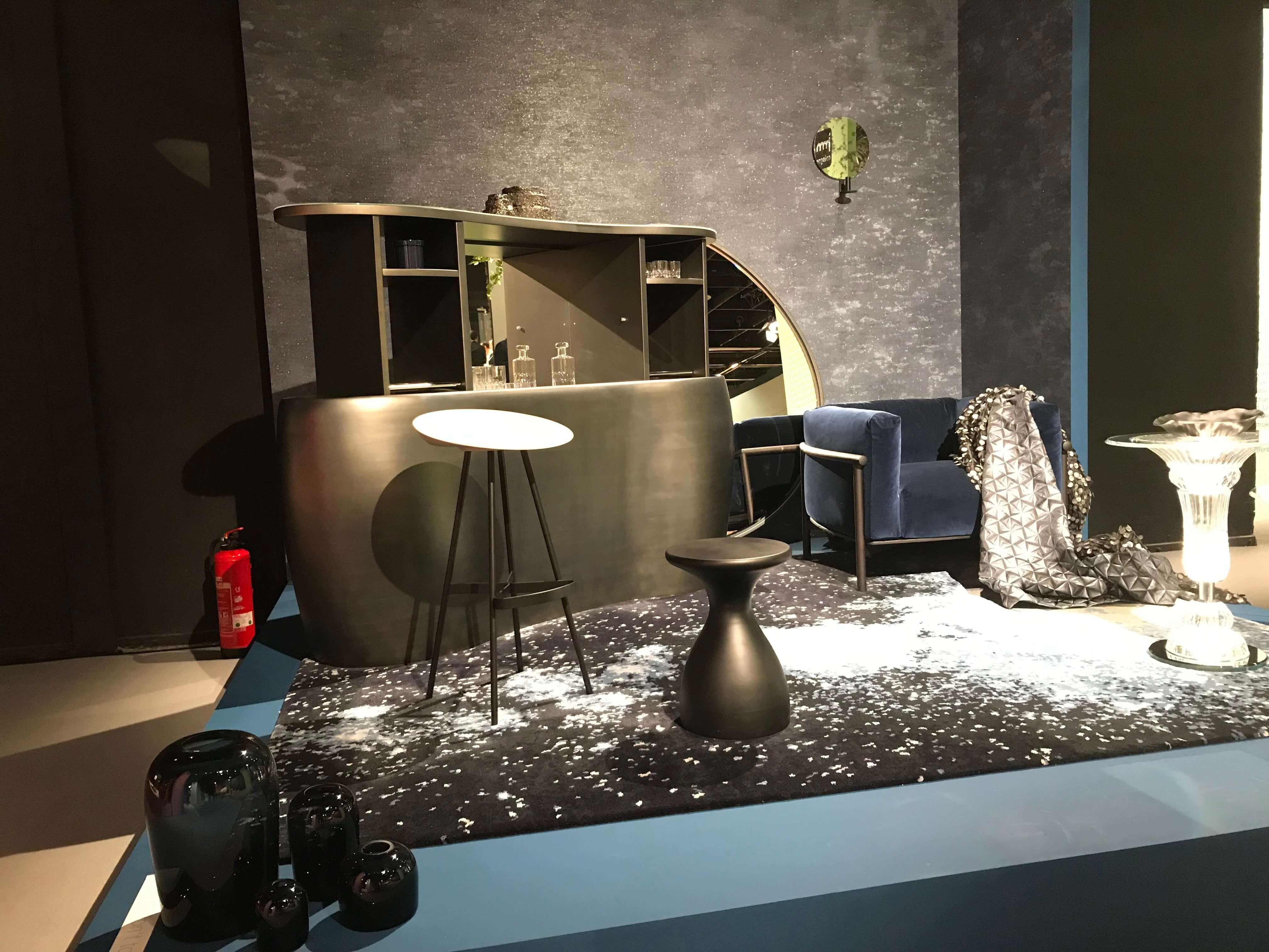 Bar samt Barhocker und Sofa: Perfekt für ein modernes Herrenzimmer
