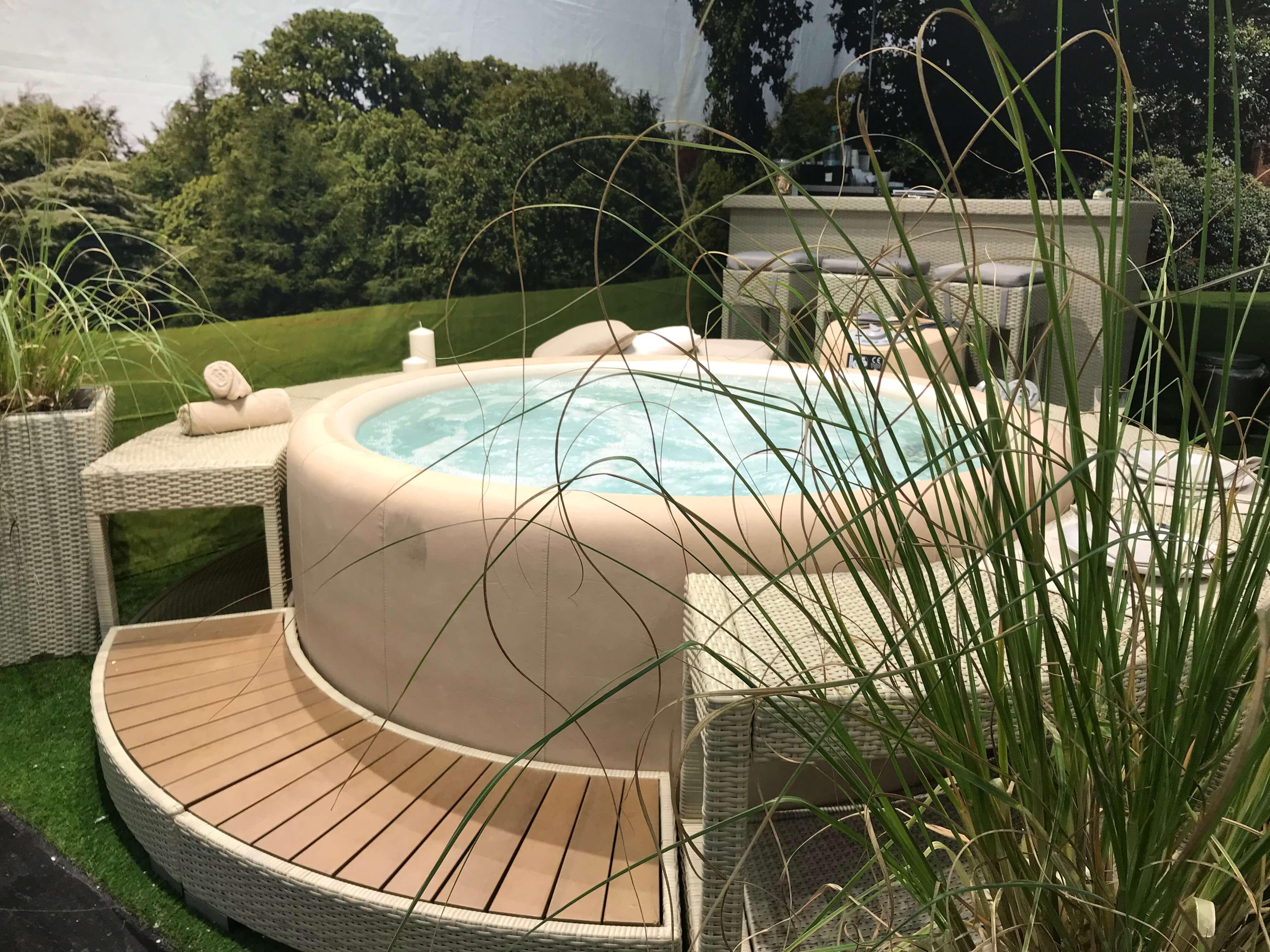 Pool mit Sitzgelegenheit - Stil für den Außenbereich