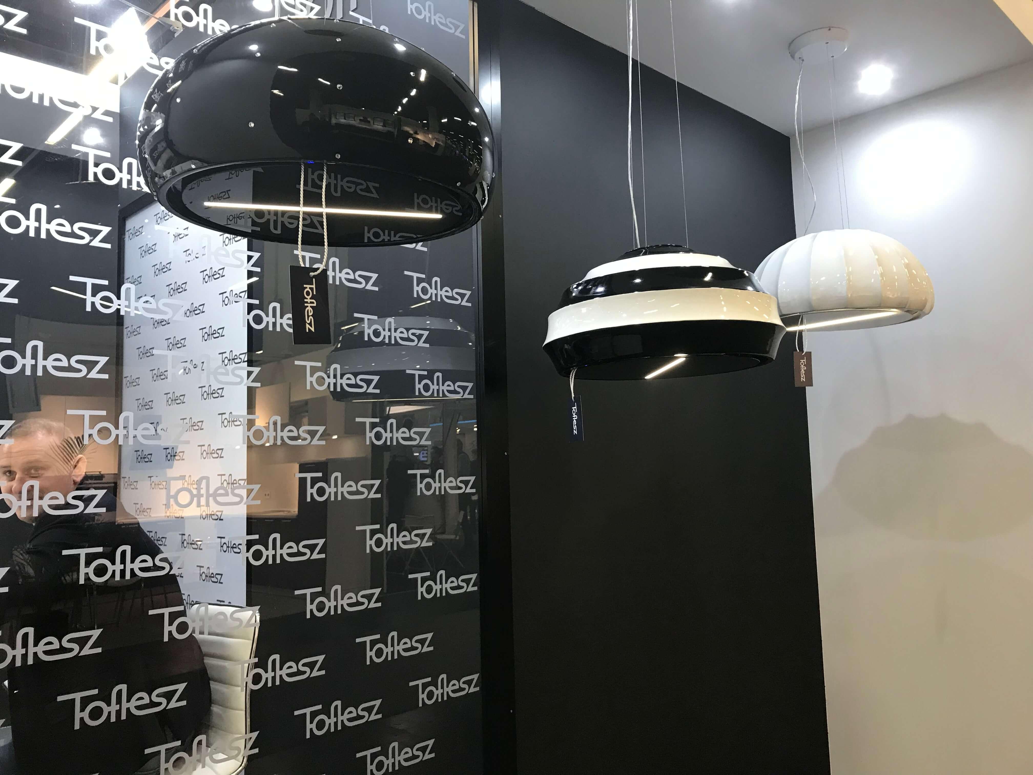 Schwarz-weiß spielt bei diesen Leuchten von Toeflesz neben der ausladend runden Form die Hauptrolle