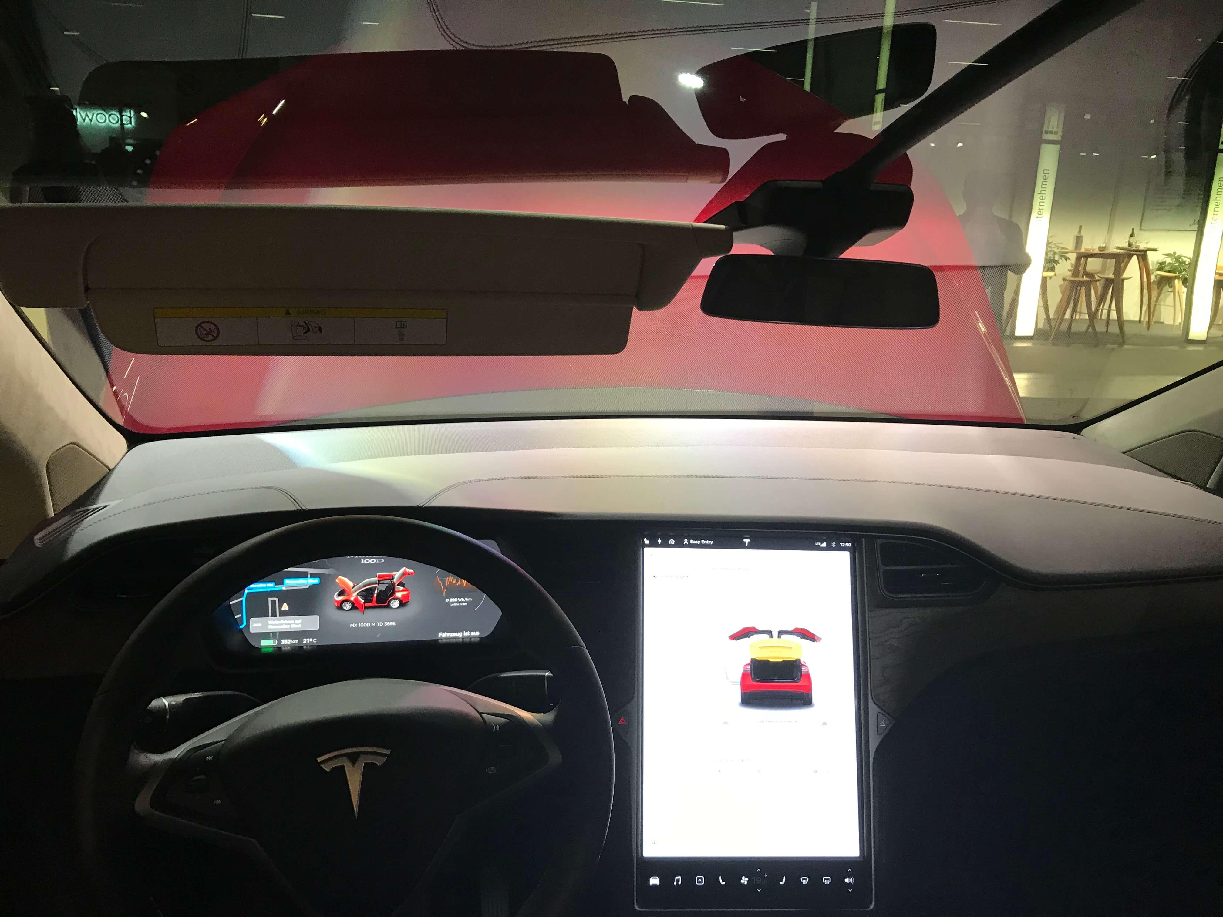 Design und smarte Techologien erfassen natürlich auch das Interieur von Autos der neue Tesla