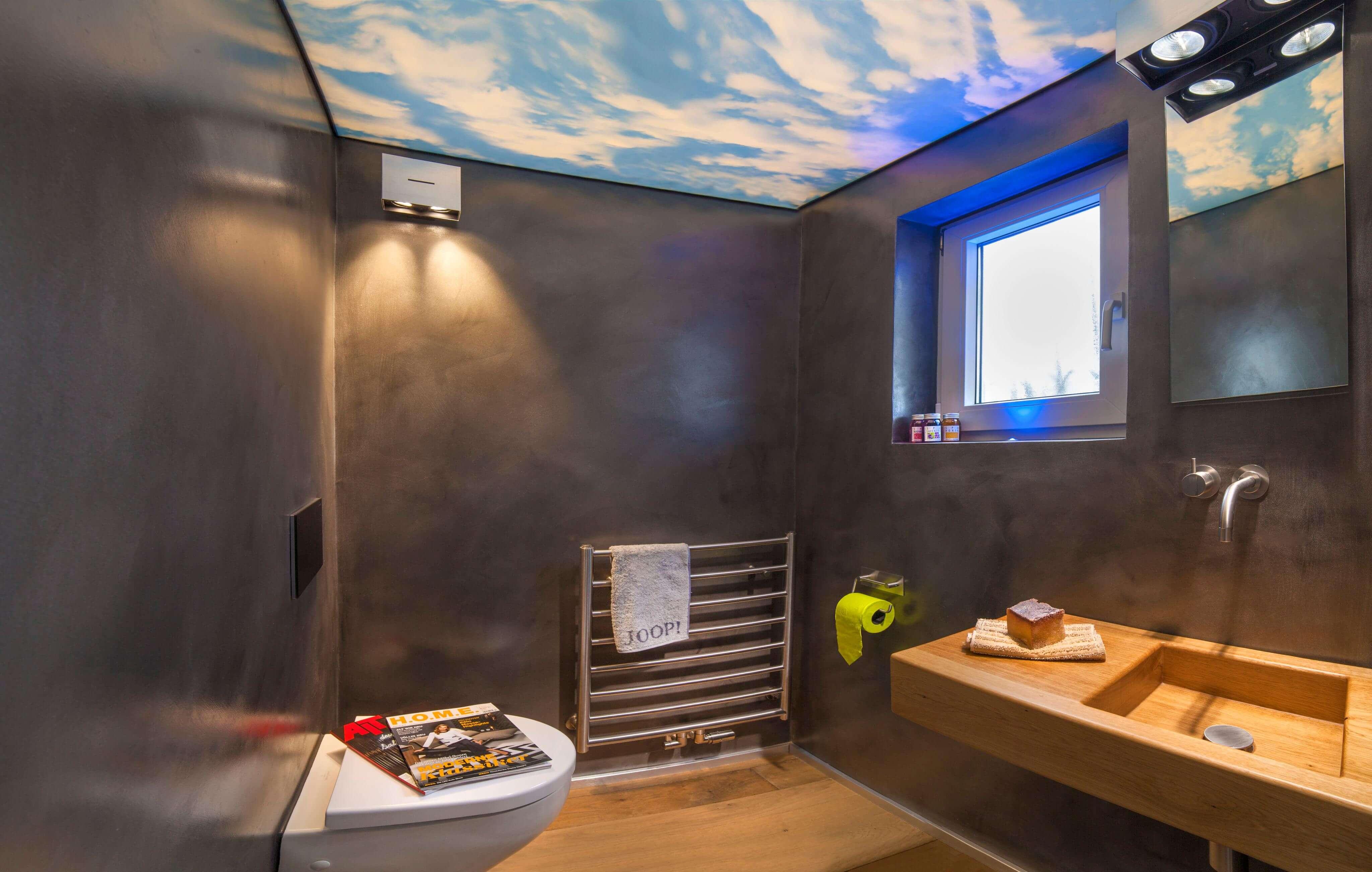 Der helle Boden und die fantasievoll gestaltete Decke verleihen dem Raum eine luftige Atmosphäre