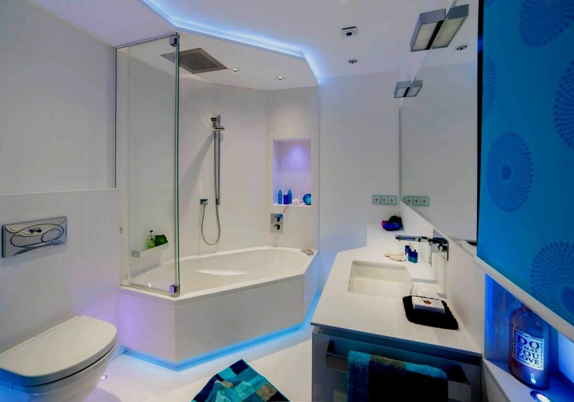 Die Trendfarbe Weiß wird in diesem Bad im maritimen Look interpretiert