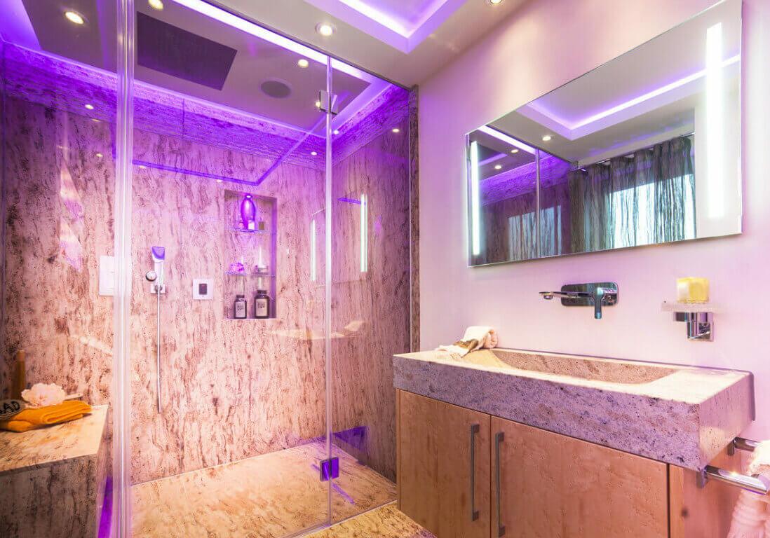 """Waschtisch aus Naturstein WC und Urinal Lichtdesign mit Voute Szenarien kreieren mit dem richtigen Lichtdesign Um ein behagliche Badambiente zu erhalten ist das Spiel mit dem Lichtdesign notwendig. Wie bei dem """"Das Phantom der Oper"""" kommt ihr Baddesign mit einem neuem Gewand auf die Bühne wenn es richtig inszeniert wurde. Badezimmer Beleuchtung ist nicht nur an der Decke wichtig sondern auch am Waschtischschrank, auf der Sitzbank in der Dampfdusche, zwischen den einzelnen offenen Regalen und an vielen anderen Stellen wie zum Beispiel der Badezimmer Nische"""